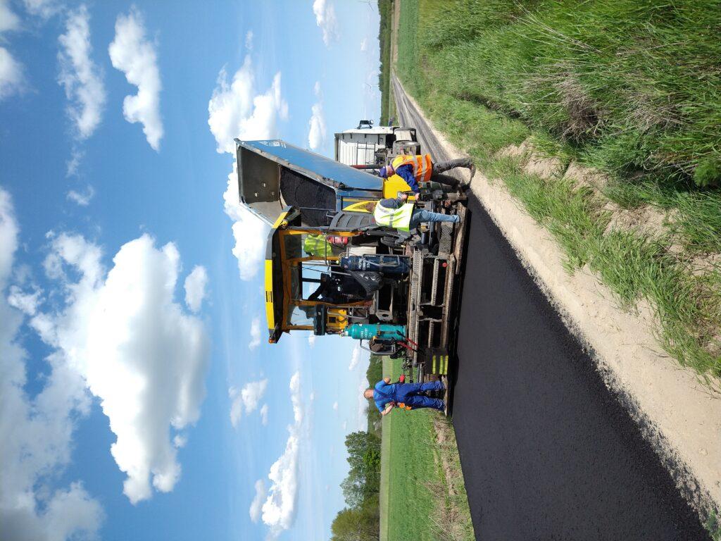 Maszyna na drodze asfaltowej. Budowa drogi.
