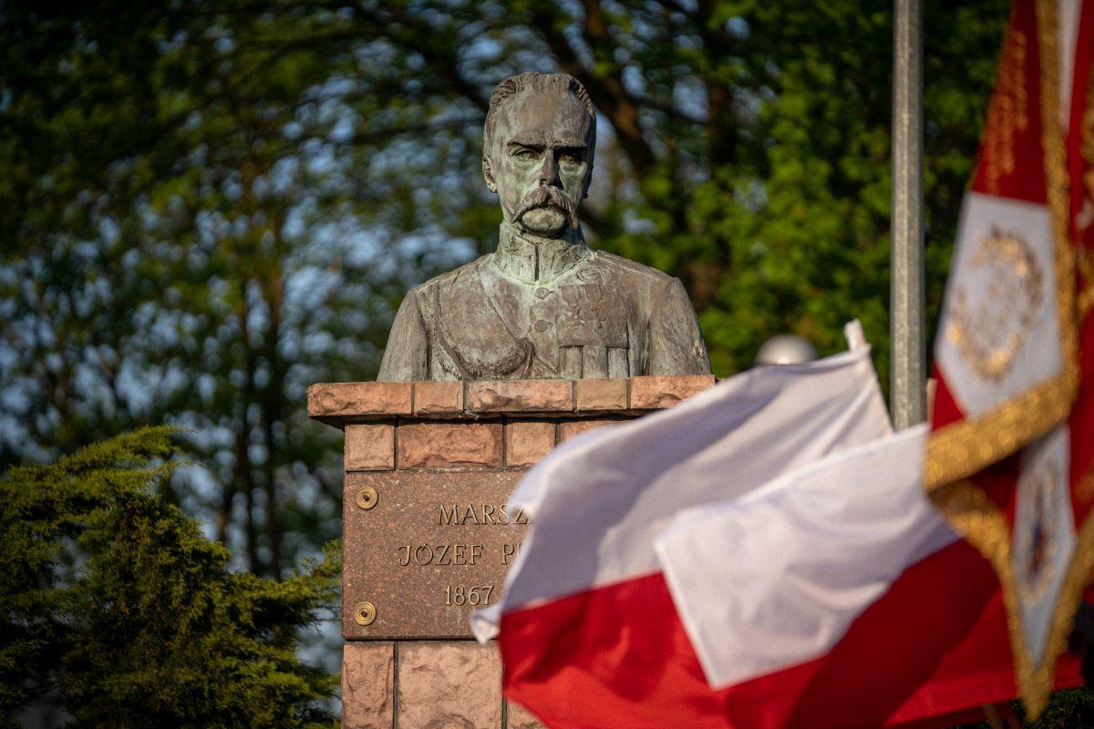 Pomink Józefa Piłsudskiego zlokalizowany w rynku w Dobrem.