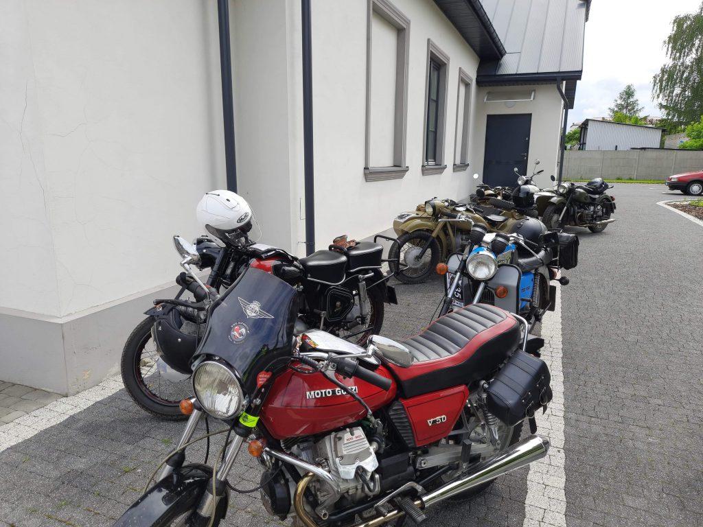 Zabytkowe motocykle na parkingu