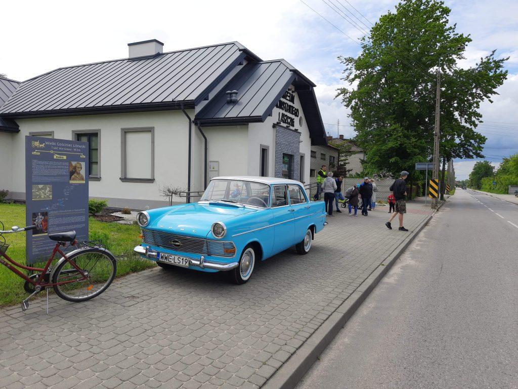 Zabytkowy samochód w kolorze niebieskim