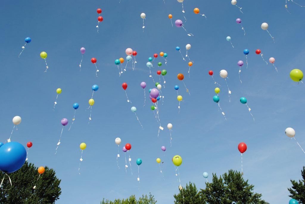 Kolorowe balony na tle nieba