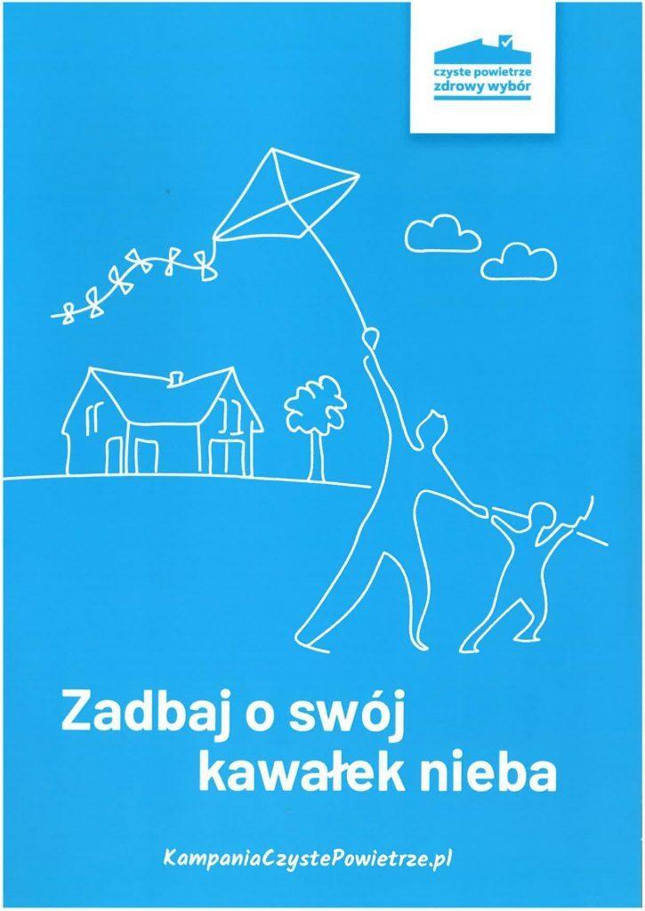Plakat z białym napisem Zadbaj o swój kawałek nieba. Na niebieskim tle widoczne białe kontury dziecka z dorosłym, trzymającym latawiec. w oddali dom.
