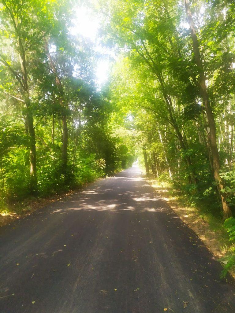 Droga asfaltowa w tle błękitne niebo