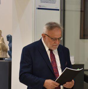 Pan Wójt Tadeusz Gałązka czytający