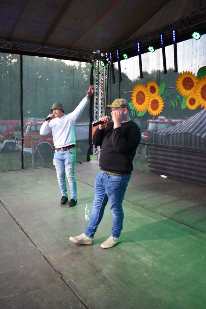 Dwaj mężczyźni na scenie