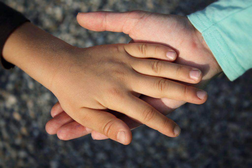 Dwie dłonie dziecięce