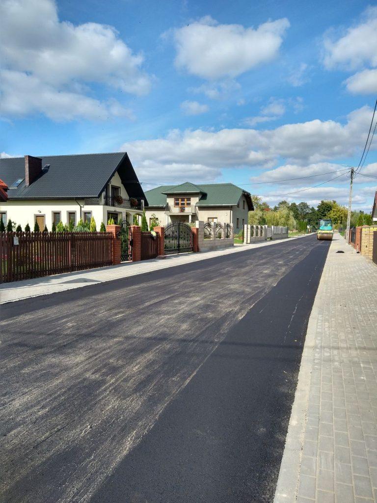 Droga asfaltowa, z prawej strony widoczne domy.