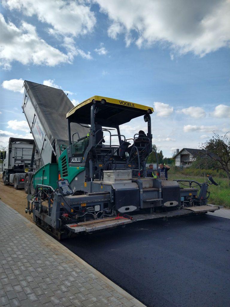 Duża maszyna na drodze